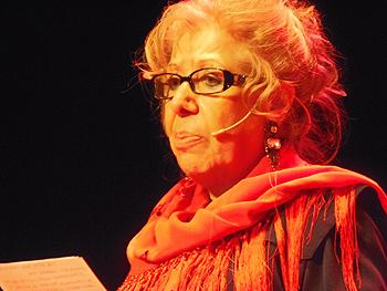 Carmen Frías agradeciendo el premio a la Mujer de Cine 2013