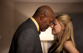 Samuel L. Jackson y Naomi Watts en una escena de «Mother and Child»