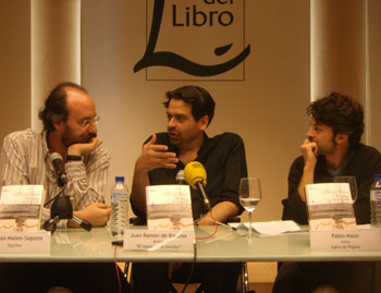 Los novelistas Alfonso Mateo-Sagasta y Juan Ramón Biedma y el editor Pablo Mazo durante la presentación de la novela El humo en la botella realizada el pasado 11 de julio de 2010 en la Casa del Libro de Madrid