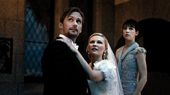 Alexander Skarsgaard, Kirsten Dunst y Charlotte Gainsbourg en una escena de la película Melancolía