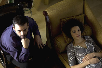 Eduard Fernández e Irene Visedo en una escena de la película Amores locos