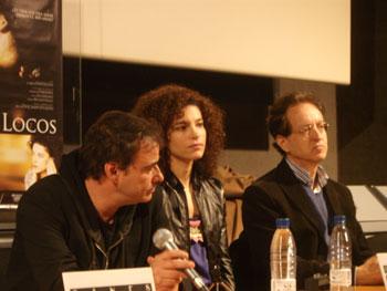 Los actores Eduard Fernández e Irene Visedo con el director Beda Docampo durante la rueda de prensa de la película Amores locos