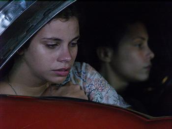 Miriel Cejas y Dunia Matos en una escena de la película Boleto al paraíso