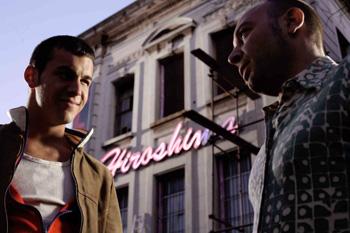 Mario Casas y Vicente Romero en una escena de la película Carne de neón