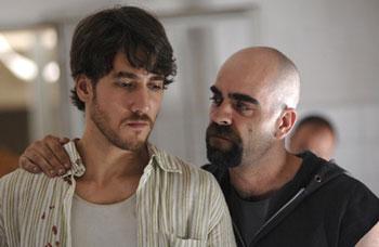 Alberto Ammann  y Luis Tosar en una escena de Celda 211