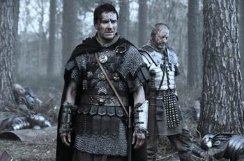 Michael Fassbender y Liam Cunningham en una escena de la película Centurión