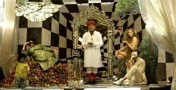 Verne Troyer, Andrew Garfield, Christopher Plummer, Lily Cole y Heath Ledger en una escena de «El imaginario del doctor Parnassus»