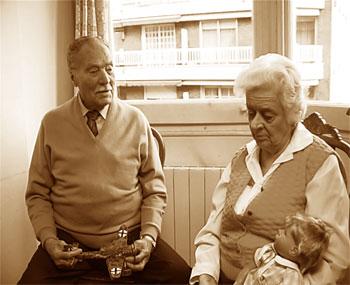 Francesc Miñarro y María Luz Albero, padres del director, en una escena la película Familystrip