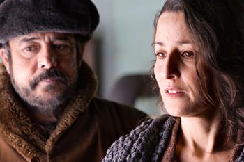 Carlos Iglesias y Esther Regina en una escena de la película Ispansi