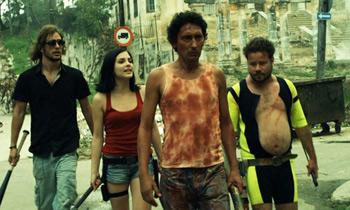 Andros Perugorría, Andrea Duro, Alexis Díaz de Villegas y Jorge Molina en una escena de la película Juan de los muertos