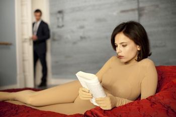 Antonio Banderas y Elena Anaya en una escena de la película La piel que habito
