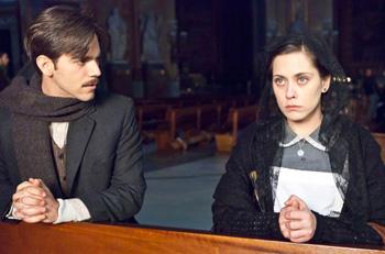 Marc Clotet y María León en una escena de la película La voz dormida