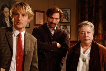 Owen Wilson, Corey Stoll y Kathy Bates en una escena de la película Midnight in Paris