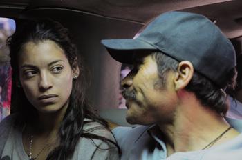 Stephanie Sigman y Noé Hernández en una escena de la película Miss Bala