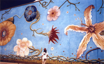 Ouka Leele frente a su mural en una escena la película La mirada de Ouka Leele
