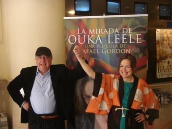 Rafael Gordon y Ouka Leele frente al cartel de la película La mirada de Ouka Leele