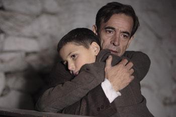 Roger Princep e Imanol Arias en una escena la película Pájaros de papel
