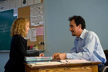 Sophie Nélisse y Mohamed Fellag en una escena de la película Profesor Lazhar