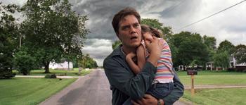 Michael Shannon lleva en brazos a Tova Stewart en una escena de la película Take Shelter