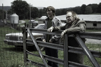 Paul Dano y Brian Cox en una escena la película The good heart