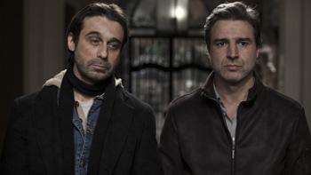 Jordi Mollà y Alberto San Juan en una escena de la película Una pistola en cada mano