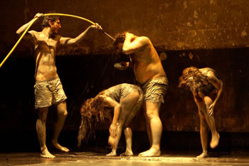 Celso Giménez, Violeta Gil, Pablo Fidalgo e Itsaso Arana en una escena de la obra Actos de juventud