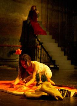 Violeta Gil e Itsaso Arana en una escena de la obra Actos de juventud (foto: Gerardo Sanz)