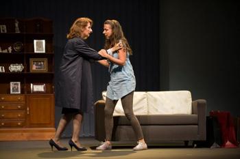 Esperanza Elipe y Carmen Ruiz en una escena de la obra Algo más inesperado que la muerte