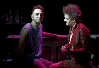 Julio Rojas y Richard Collins-Moore en una escena de la obra La ceremonia de la confusión