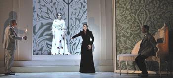 José Luis Patiño, Rocío León, Xenia Sevillano y Rafael Navarro en una escena de «Drácula»