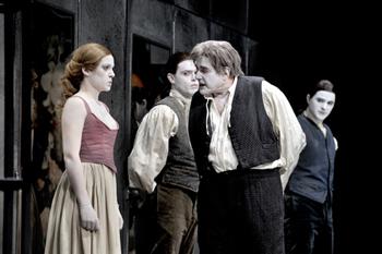 Irene Ruiz, Rafael Ortiz, Juan Luis Galiardo y Javier Lara en una escena de El avaro