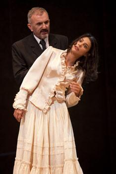 Antonio Valero y Sara Casanovas en una escena de Electra