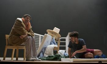 Carmelo Gómez y Javier Gutiérrez en una escena de la obra Elling