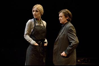 Cayetana Guillén Cuervo y Julieta Serrano en una escena de la obra de teatro El malentendido