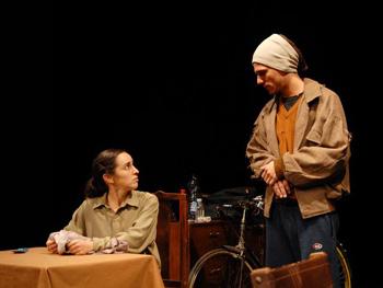 Tamara Kiper y Lautaro Perotti en una escena de la obra La omisión de la familia Coleman
