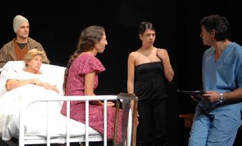 Lautaro Perotti, Araceli Dvoskin, Miriam Odorico, Inda Lavalle y Jorge Castaño en una escena de la obra de teatro La omisión de la familia Coleman