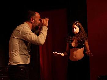 Alberto Piedrabuena y Ludmila Trachta en una escena de la obra ¡Hola cariño!