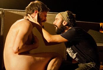Pedro Ángel Roca y Jorge Muriel en una escena de Los iluminados