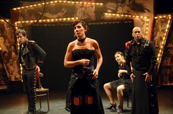 Antonio Ramos Leiva, Larisa Ramos, Nerea Cordero y Piñaki Gómez en una escena de la obra de teatro La barraca del zurdo