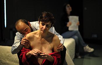 Chani Martín, Helena Castañeda y Marina Seresesky en una escena de la obra La piel en llamas