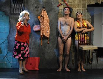 Teresa Urroz, Alfonso Pablos y Ana García en una escena de Mein Kapital