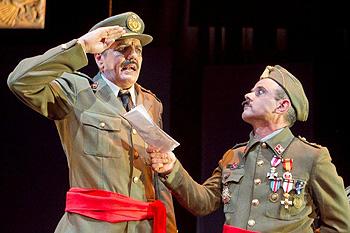 Antonio Dechent y Oriol Boixader en una escena de Queipo, el sueño de un general