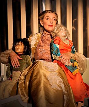 Lina Lambert en una escena de la obra de teatro Reglas, usos y costumbres en la sociedad moderna