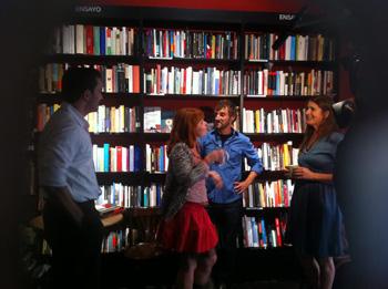 Fran Calvo, Inma Gamarra, Carlos Chamorro e Inma Isla en una escena de la obra Días como estos (Capítulo 1)