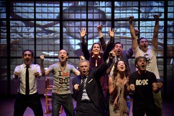 El elenco completo en una escena de la obra Transición