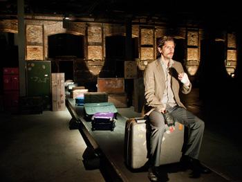 Juan Diego Botto en una escena de la obra Un trozo invisible de este mundo