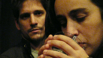 Lautaro Perotti y Tamara Kiper en una escena de la obra El viento en un violín