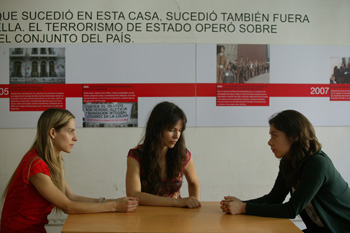 Francisca Lewin, Macarena Zamudio y Carla Romero en una escena de la obra Villa+Discurso